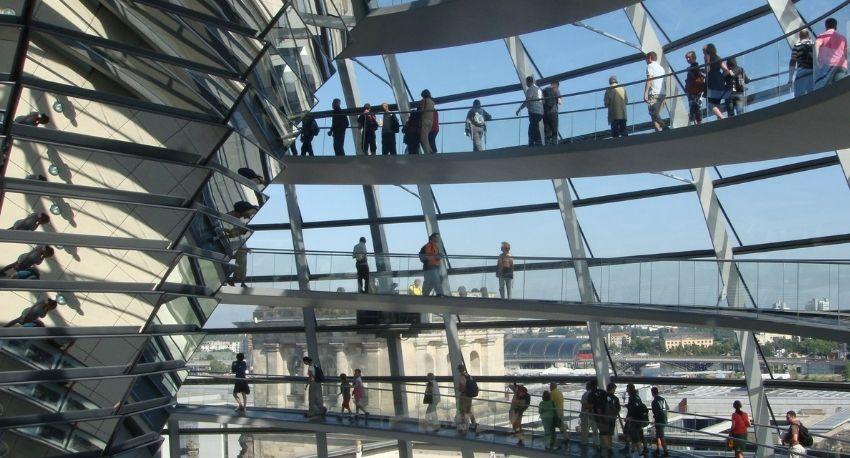 Interior de la cúùpula del Bundestag en Berlín