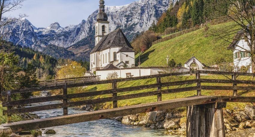 Paisaje con montañas e iglesia en Baviera
