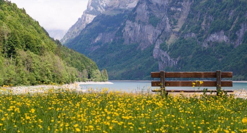 Paisaje de primavera con lago y montaña en los Alpes